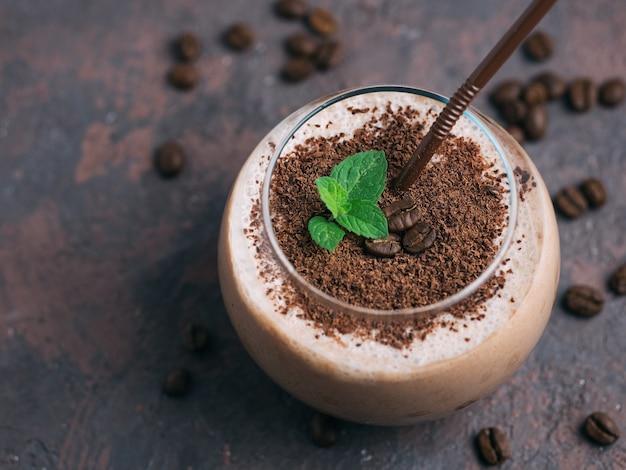 Batido de chocolate com café, cacau e leite polvilhado com gotas de chocolate