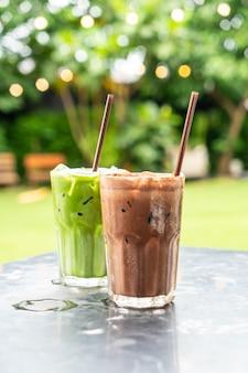 Batido de chocolate gelado e chá verde gelado com leite