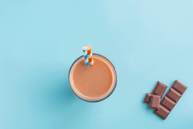 Batido de chocolate sobre fundo de cor fluor
