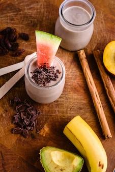 Batido de frutas com pepitas de chocolate, canela, melancia e frutas