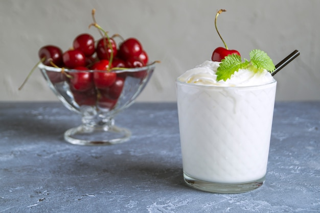 Batido de leite com cerejas.
