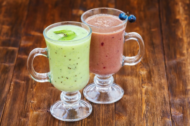 Batido de leite com uvas e kiwi em um copo