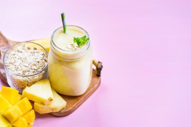 Batido de manga, banana, abacaxi e aveia na jarra
