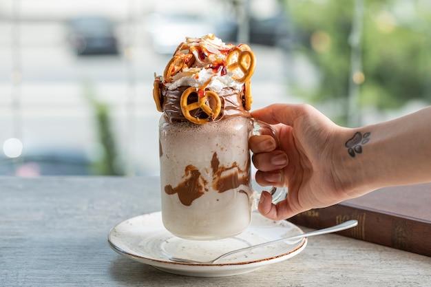 Batido leitoso de baunilha cremoso com pretzels