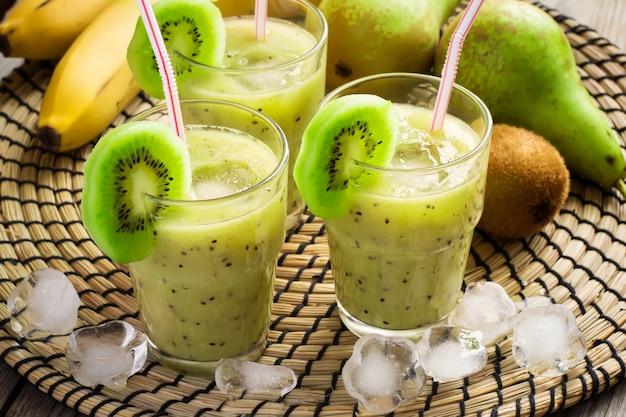 Batido refrescante com kiwi e gelo