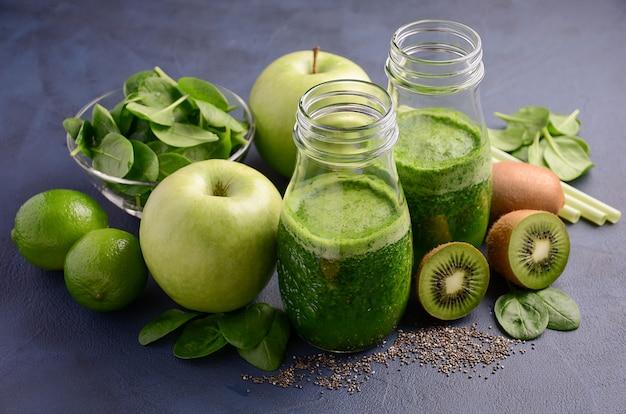 Batido verde saudável com as sementes do quivi, da maçã, dos espinafres e do chia.