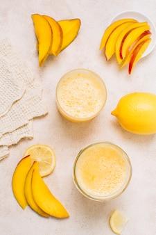 Batidos refrescantes com limão e manga