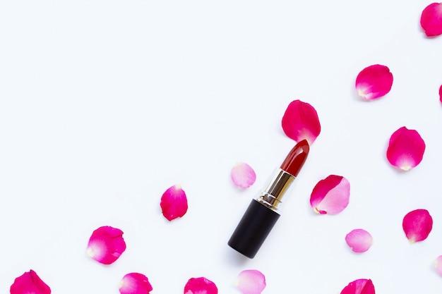 Batom com pétalas de rosa isolado fundo