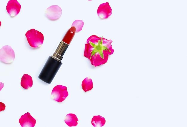 Batom com pétalas de rosa isolado no fundo branco. conceito de maquiagem linda