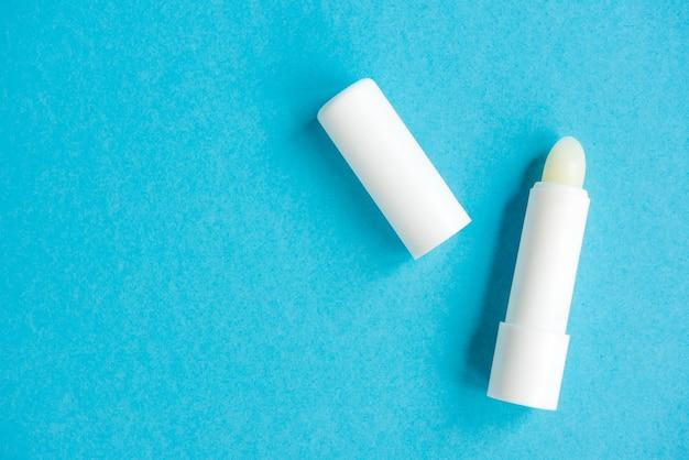 Batom de higiene isolado em azul