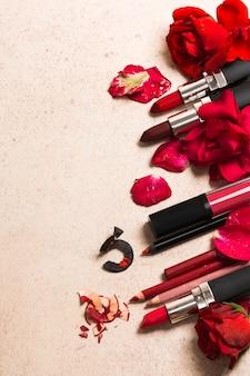 Batom e flores rosas