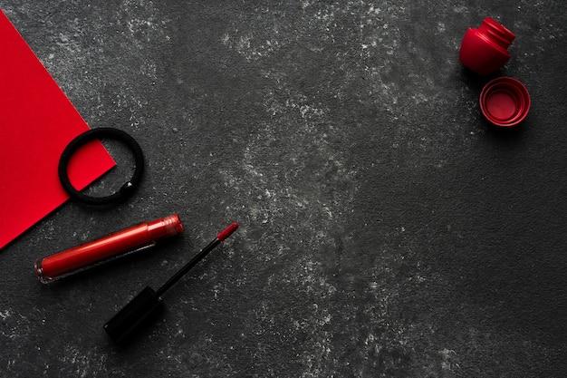Batom e protetor labial em um fundo preto