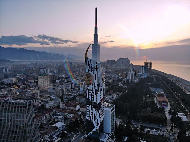 Batumi de cima. foto aérea do zangão. cidade litorânea da geórgia. vista panorâmica da bela cidade. torre do alfabeto e mar negro