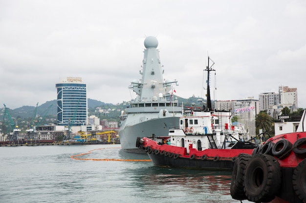 Batumi, geórgia - 27 de junho de 2021, o contratorpedeiro da marinha britânica hms defender está ancorado no porto georgiano de batumi. foto de alta qualidade