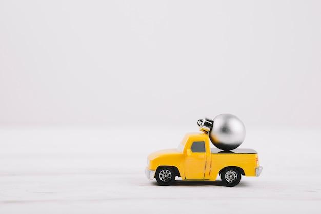 Bauble pequeno no carro de brinquedo amarelo