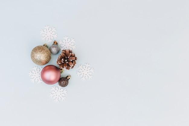 Baubles brilhantes com flocos de neve