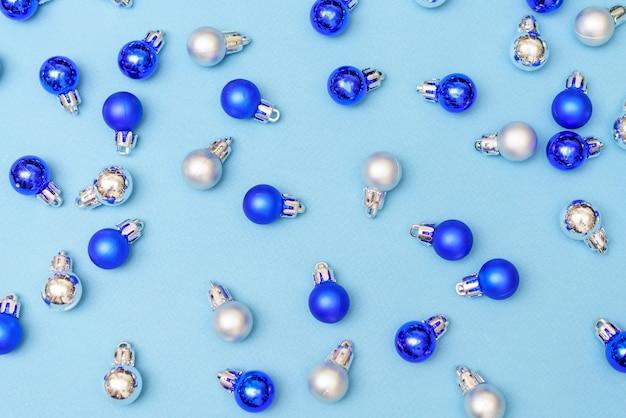 Baubles de bolas de decoração de natal azul e prata sobre fundo azul com espaço de cópia cartão de ano novo ...