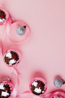 Baubles de vidro no fundo rosa