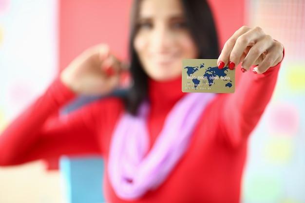 Bauty mulher segurando o cartão de crédito plástico