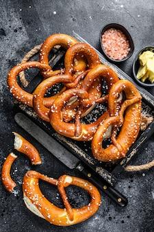 Bávaro pretzels salgados assados em uma bandeja de madeira