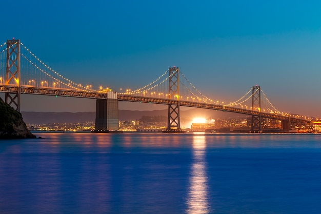 Bay bridge ao pôr do sol em san francisco na califórnia