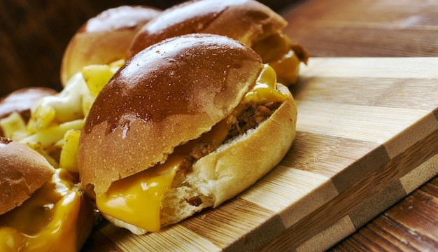 Bbq chicken slider ring, fast food combina frango desfiado, cebola roxa e molho de churrasco.