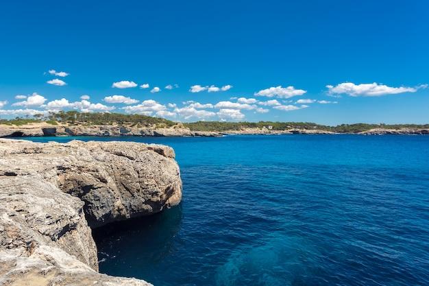 Beatuful baía com água azul-turquesa