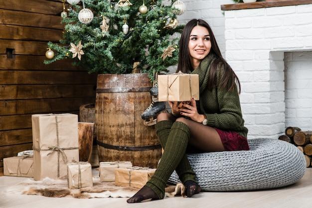 Beautiful girl in christmas decorado com caixa de presente