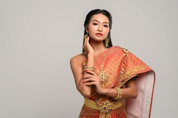 Beautyful mulher tailandesa usando vestido tailandês