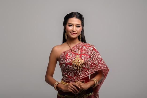Beautyful mulher tailandesa vestindo sorriso e vestido tailandês