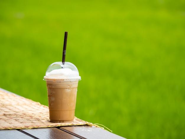 Beba café no campo de arroz