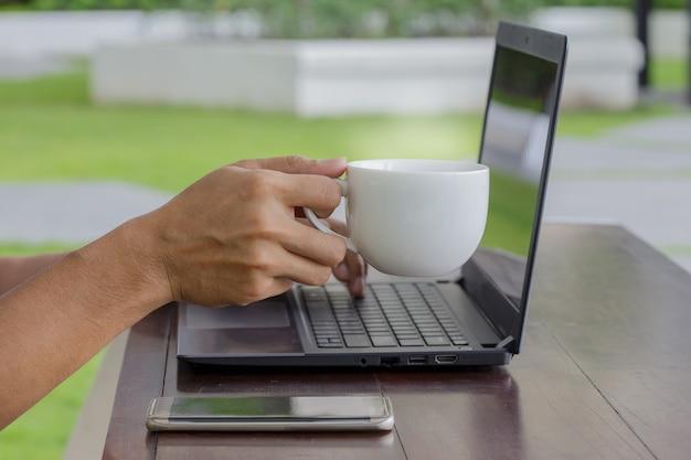 Beba café quando estiver trabalhando.