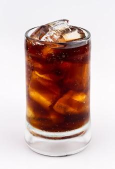 Beba cola com gelo no copo no fundo branco. legal