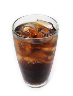 Beba cola com gelo no copo no fundo branco