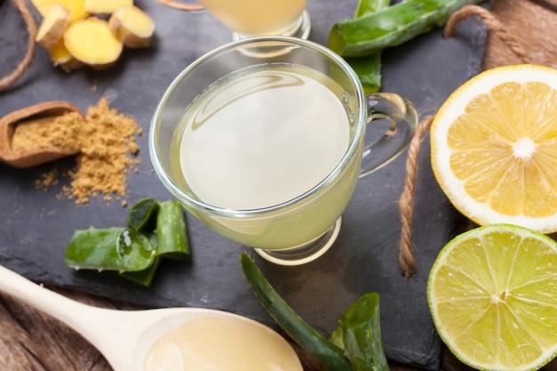 Beba com aloe vera e limões