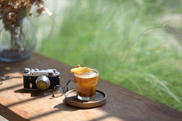 Beba com limão em uma mesa de madeira