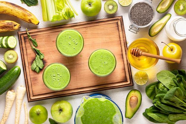 Beba espinafre detox em copos e ingredientes.