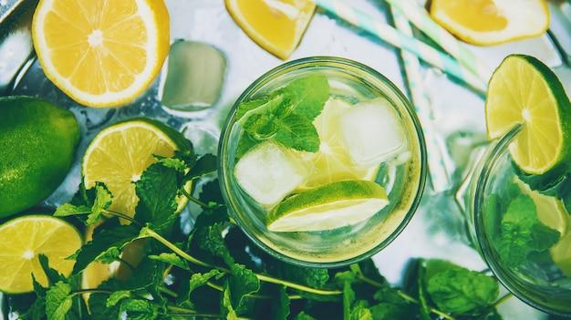 Beba limão e hortelã. foco seletivo. comida.