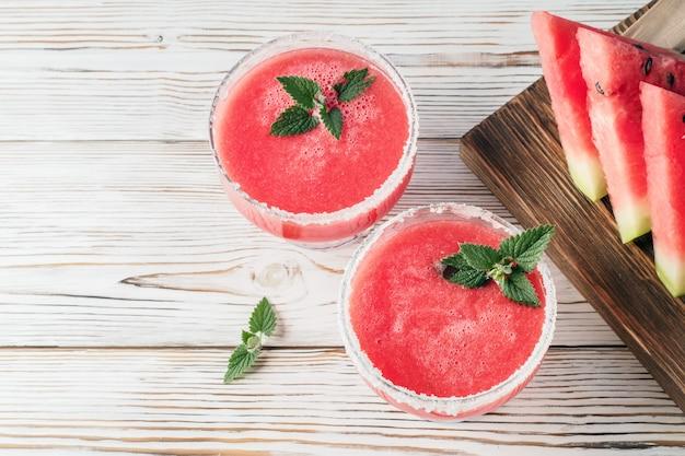 Beba smoothies de melancia vermelha em pratos de vidro
