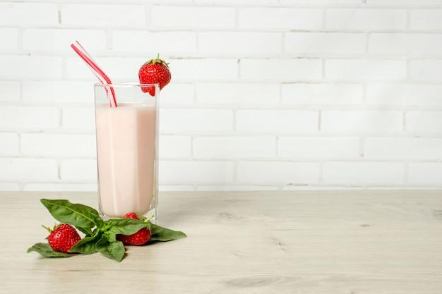 Beba smoothies morango de verão com hortelã.