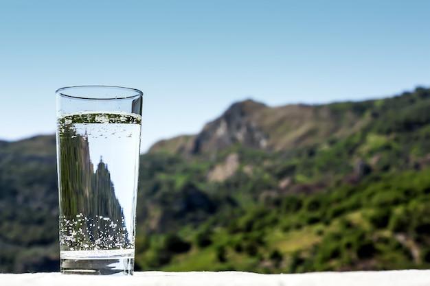 Beba um copo com água limpa na natureza