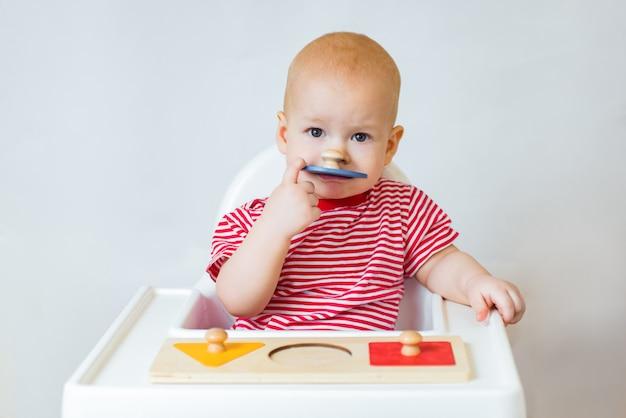 Bebê adorável fazendo quebra-cabeça de madeira