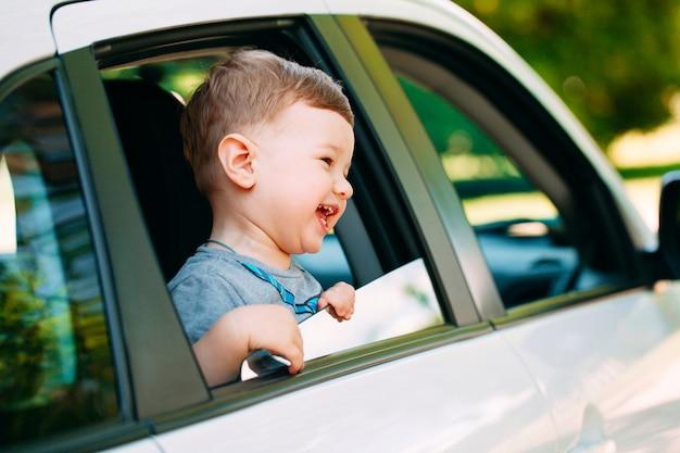 Bebé adorável no carro