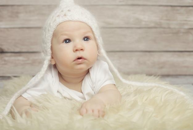 Bebê adorável no chapéu branco