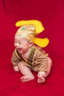 Bebê asiático em traje rei da china cosplay