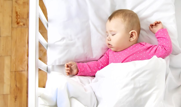 Bebê bebê dorme no berço. foco seletivo.