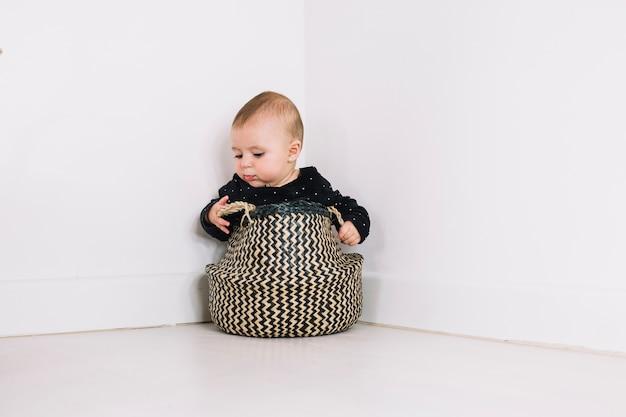 Bebê bonito na cesta
