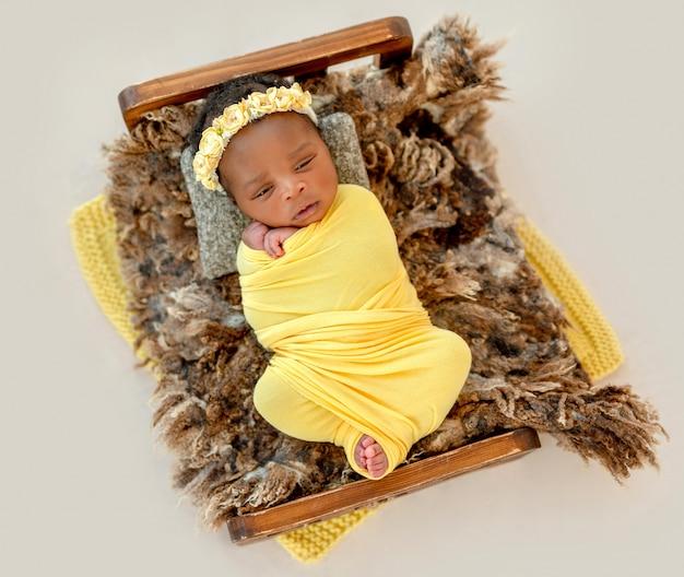 Bebê bonito no berço