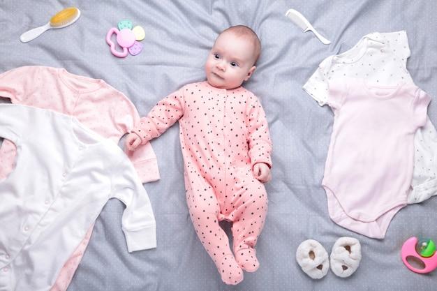 Bebê branco com roupas, produtos de higiene pessoal, brinquedos e acessórios de saúde. lista de desejos ou visão geral de compras para gravidez e chá de bebê.