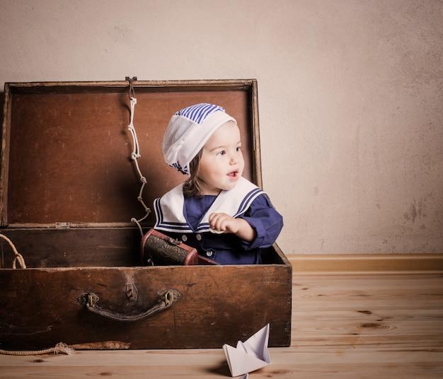 Bebê brincando com barco à vela de brinquedo dentro de casa